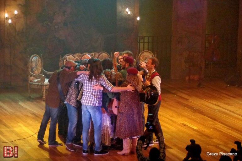 O abraço final do elenco, no homenageado, Milton Nascimento (Foto: Grazy Pisacane)