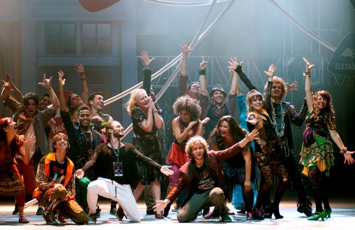 """Elenco de """"Rock in Rio - O Musical"""" Ao centro e direita Bruno Sigrist e Lyv Ziese/ Foto: Guga Melgar"""