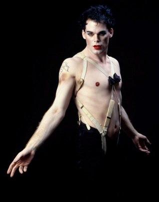 Como Emcee, de Cabaret, em 1999