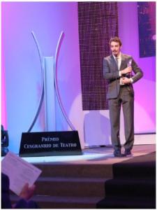 """Gabriel Stauffer recebe prêmio na categoria """"Melhor Ator de Musical"""" - Foto: SRDZ"""
