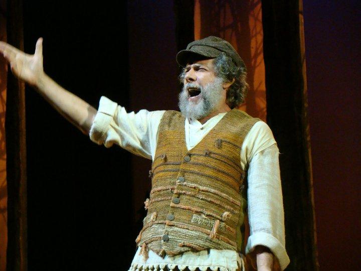 """José Mayer como Tevye, protagonista de """"Um violinista no telhado"""""""