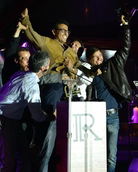 """Gustavo Gasparani e o elenco de """"Samba Futebol Clube celebram as premiações de melhor  ator (para o elenco) e melhor direção //FOTO: Cristina Granato"""