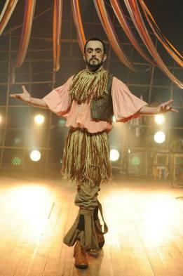 Ari Guimas é Cantador - O menestrel da Commedia Dell Arte.