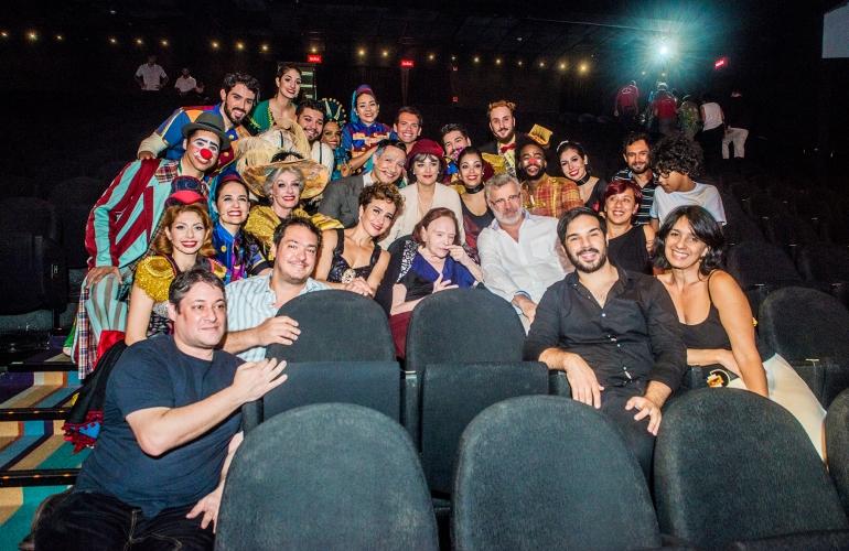 Ao centro, Bibi Ferreira, acompanhada de Amanda Acosta e Tadeu Aguiar