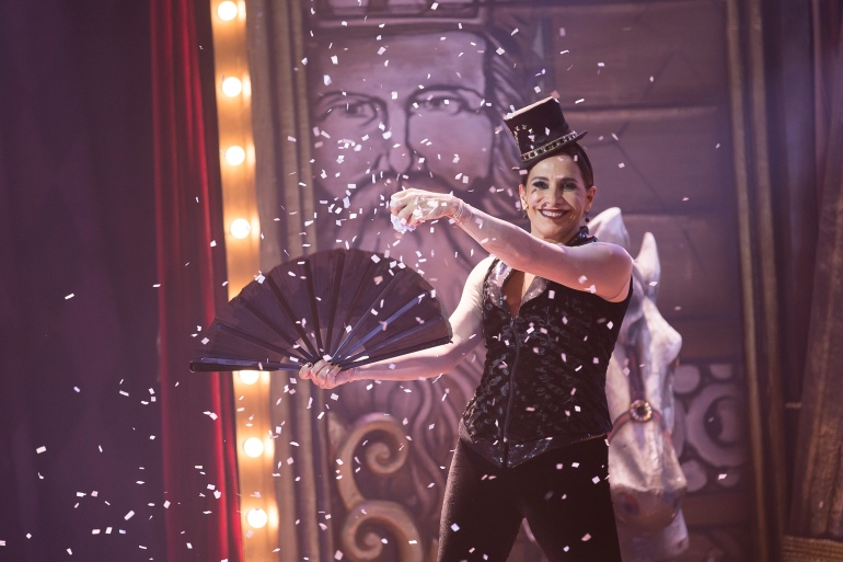 Totia Meireles interpreta o Mestre de Cerimônias de Pippin